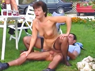 Grillparty - Hausfrauen Orgie