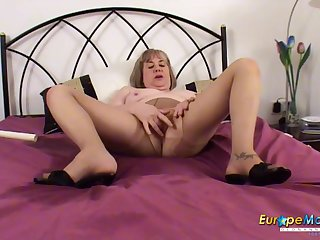 Mature slut pisses in her bed and makes a mess