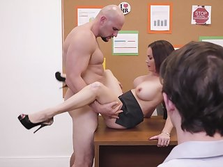 Diamond Foxxx spreads paws of cock measurement readily obtainable the office
