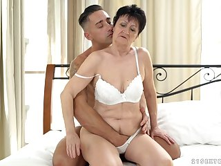 Short haired mature amateur MILF Anastasia gets cum in her mouth
